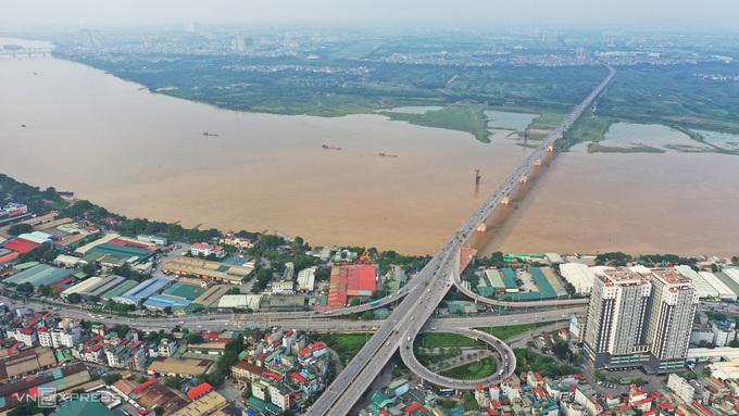 Cầu Vĩnh Tuy (giai đoạn một) hoàn thành vào năm 2010, góp phần giải quyết nhu cầu giao thông đi lại giữa nội đô với các quận, huyện Long Biên, Gia Lâm. Ảnh: VnExpress