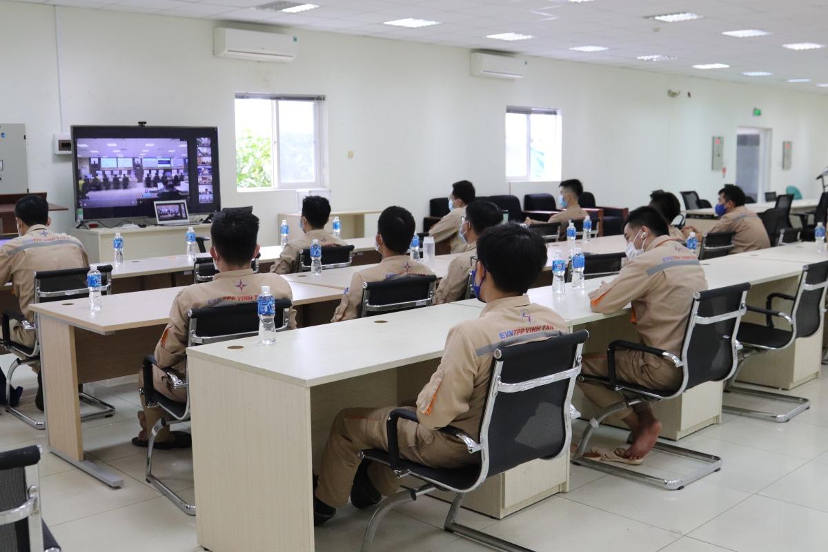 Cán bộ công nhân viên nhà máy tham gia hội nghị trực tuyến tại phòng họp nhà máy. Ảnh: Nguồn