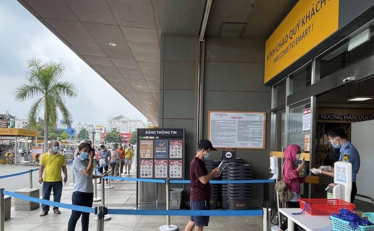 Người dân TP HCM xếp hàng vào siêu thị Emart Gò Vấp, tháng 9/2021. Ảnh: Trần Ngọc