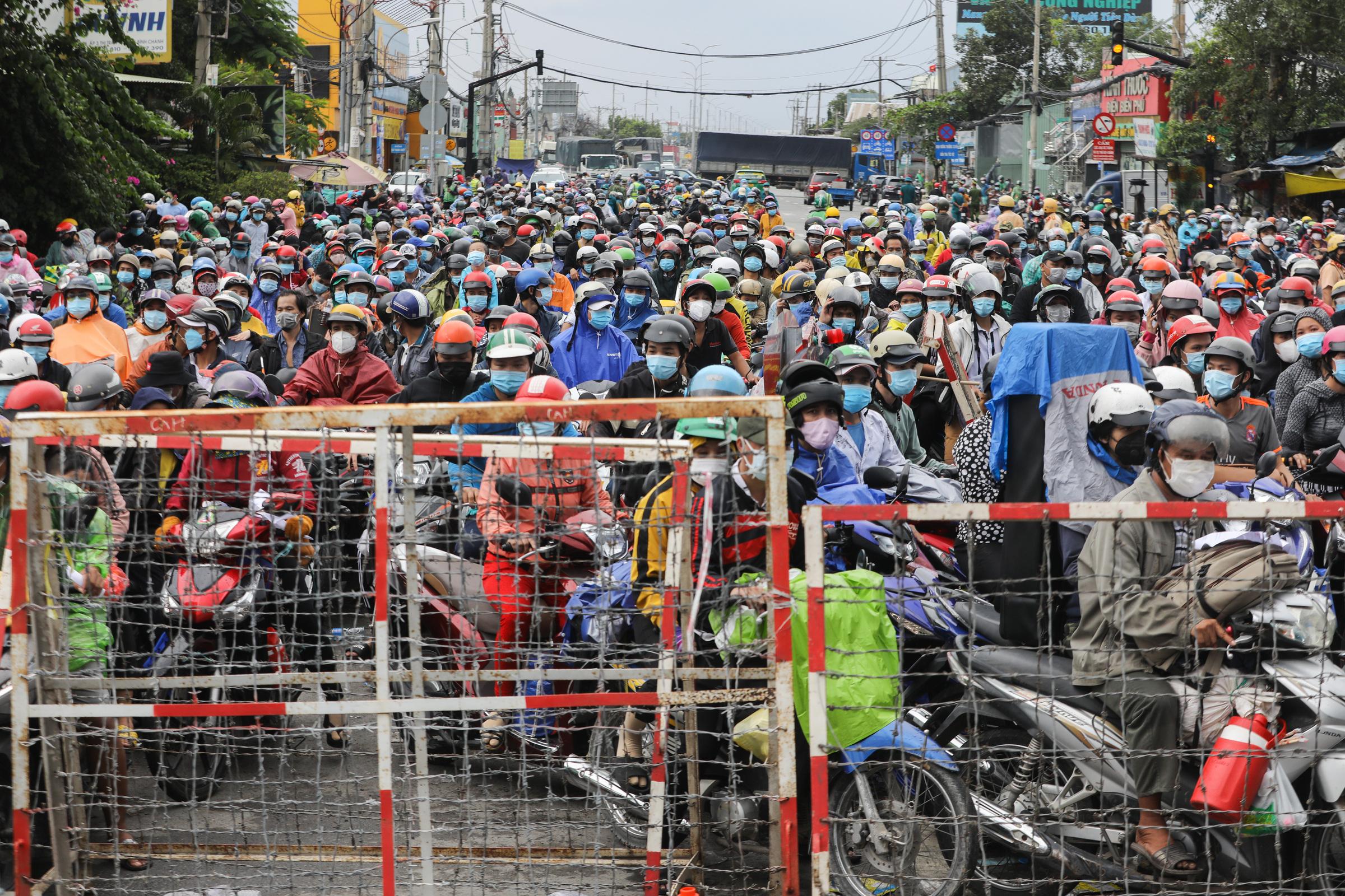Hàng nghìn người dân chờ ở chốt kiểm soát trên quốc lộ 1A, huyện Bình Chánh TP HCM để chờ về quê ở các tỉnh miền Tây, ngày 1/10. Ảnh: Quỳnh Trần
