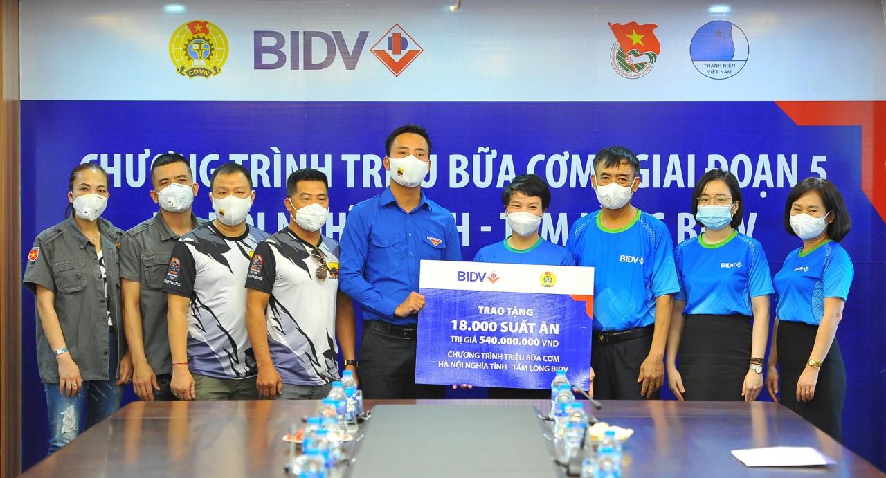 Đại diện BIDV trao tặng 18.000 suất cơm. Ảnh: BIDV