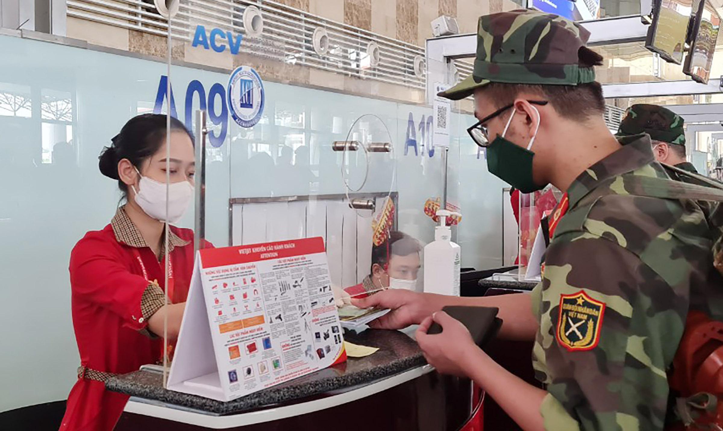Hệ thống quầy làm thủ tục của Vietjet tại sân bay Nội Bài được lắp đặt kính chống giọt bắn để phòng chống dịch. Ảnh: Đoàn Khánh