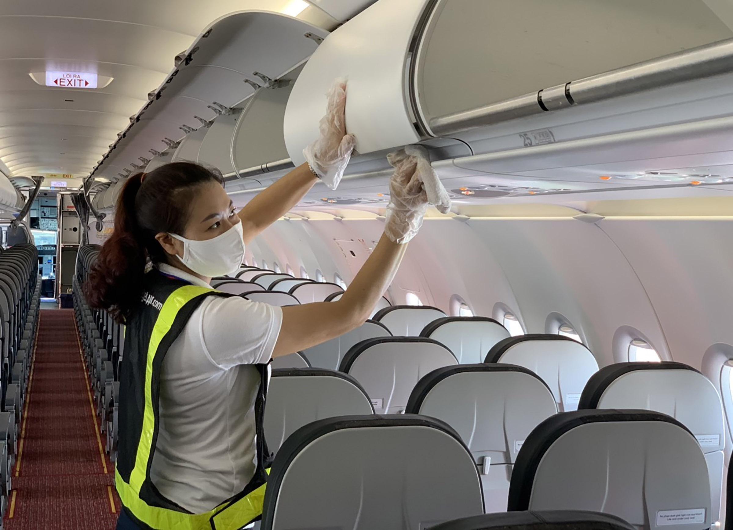 Tàu bay Vietjet thường xuyên được vệ sinh sạch sẽ, đảm bảo phòng dịch, chuẩn bị cho các chuyến bay nội địa bắt đầu từ ngày 10/10. Ảnh: Hữu Tài