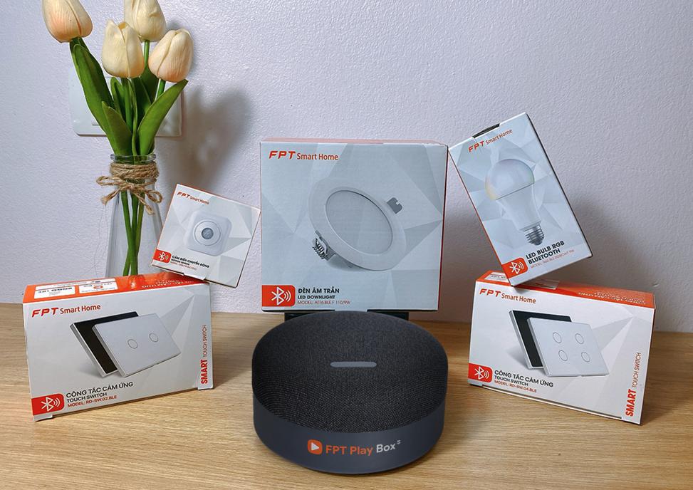 Với hệ thống thiết bị chiếu sáng, FPT Smart Home có khả năng tự bật khi có người bước vào và tắt khi họ rời đi. Đèn có thể bật tắt theo nhóm; điều chỉnh cường độ sáng và độ ấm tự động. Ngoài ra, đèn có thể điều chỉnh chế độ hoạt động theo yêu cầu người dùng, hẹn giờ bật - tắt và điều khiển theo ngữ cảnh. Ảnh: FPT Telecom
