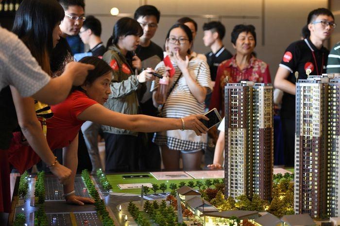Khách hàng tìm hiểu dự án của China Vanke tại một showroom ở Đông Hoản, Trung Quốc. Ảnh: Reuters