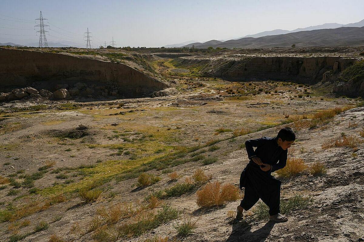 Một lòng sông khô ở Dasht-e-Top, Afghanistan - nơi những người nông dân từ nhiều năm nay không thể trồng trọt bất kỳ loại cây nào. Ảnh: WSJ