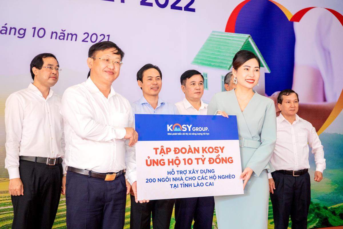 Phó Tổng Giám đốc Tập đoàn Kosy (váy xanh) trao tặng 10 tỷ đồng cho Chủ tịch Ủy ban MTTQ Việt Nam tỉnh Lào Cai.