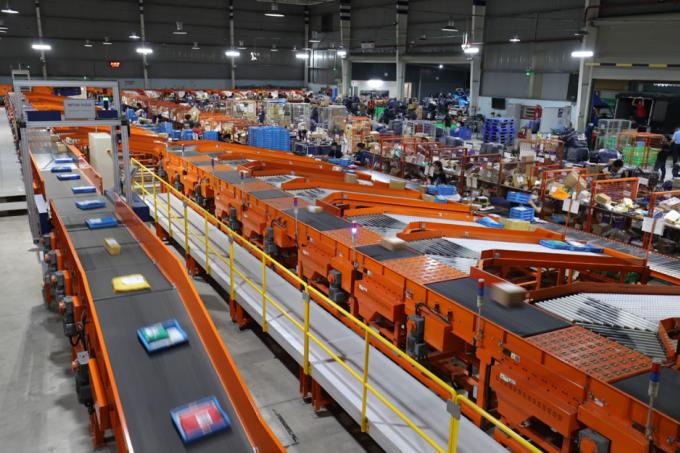Tại Việt Nam, Lazada là một trong những sàn thương mại điện tử hàng đầu, tích hợp nhiều công nghệ hiện đại kèm đội ngũ hỗ trợ nhà bán hàng, thương hiệu đối tác nhiệt tình. Hệ thống phân loại hàng hóa tự động với các robot con lăn điều hướng của Lazada giúp tối ưu hóa năng suất và chi phí vận hành cho doanh nghiệp. Ảnh: Lazada Việt Nam