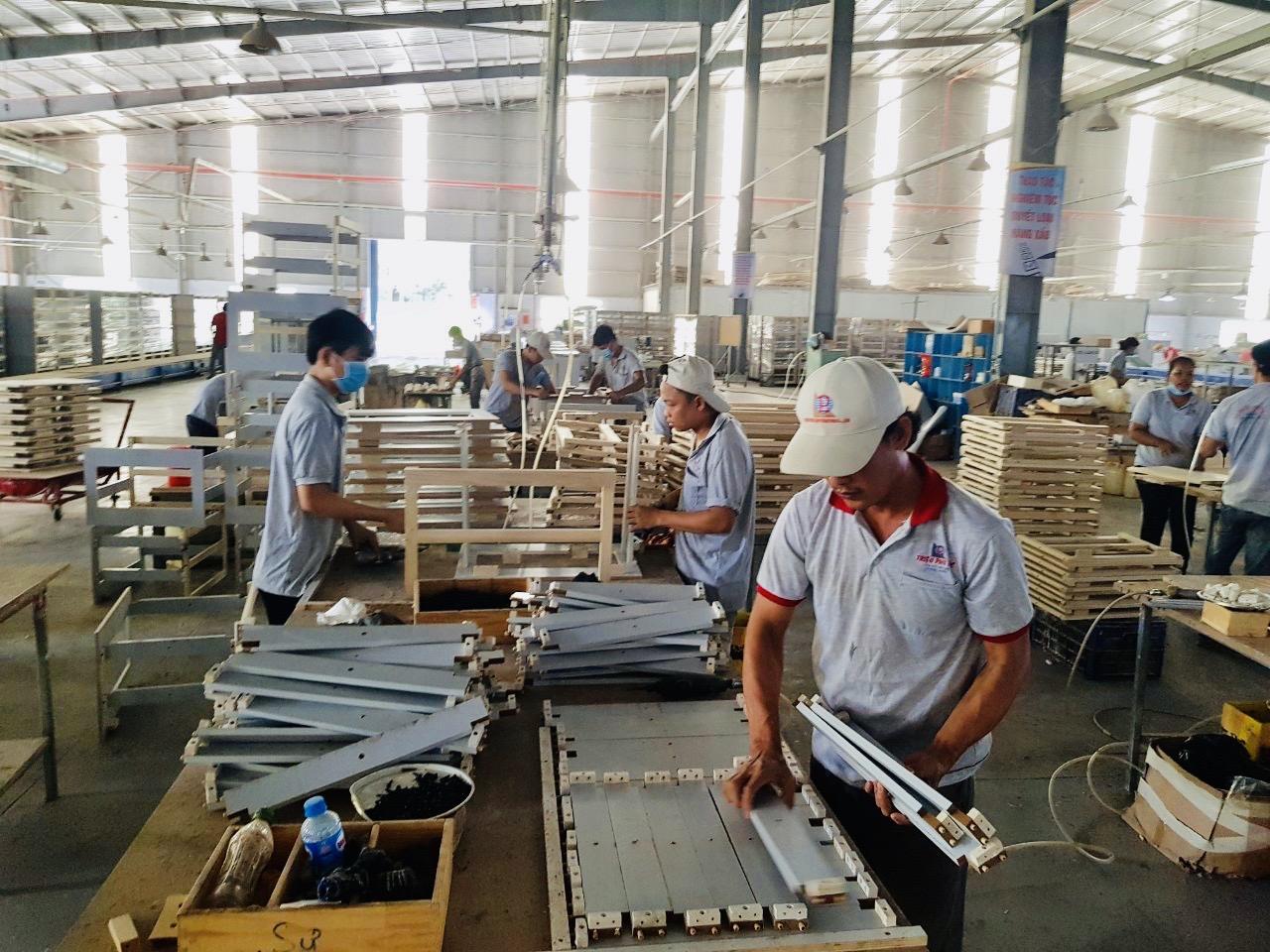 Hoạt động sản xuất tại Công ty Triệu Phú Lộc, huyện Bắc Tân Uyên. Ảnh: Báo Bình Dương