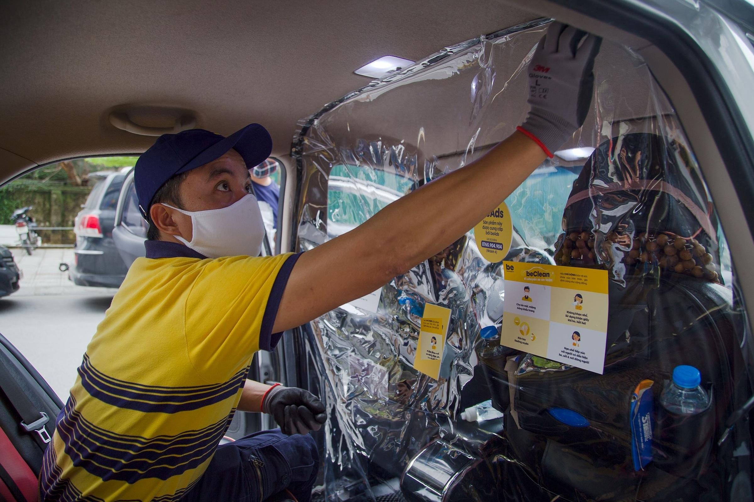 Màn ngăn giữa tài xế và hành khách trong beCar. Ảnh công ty cung cấp