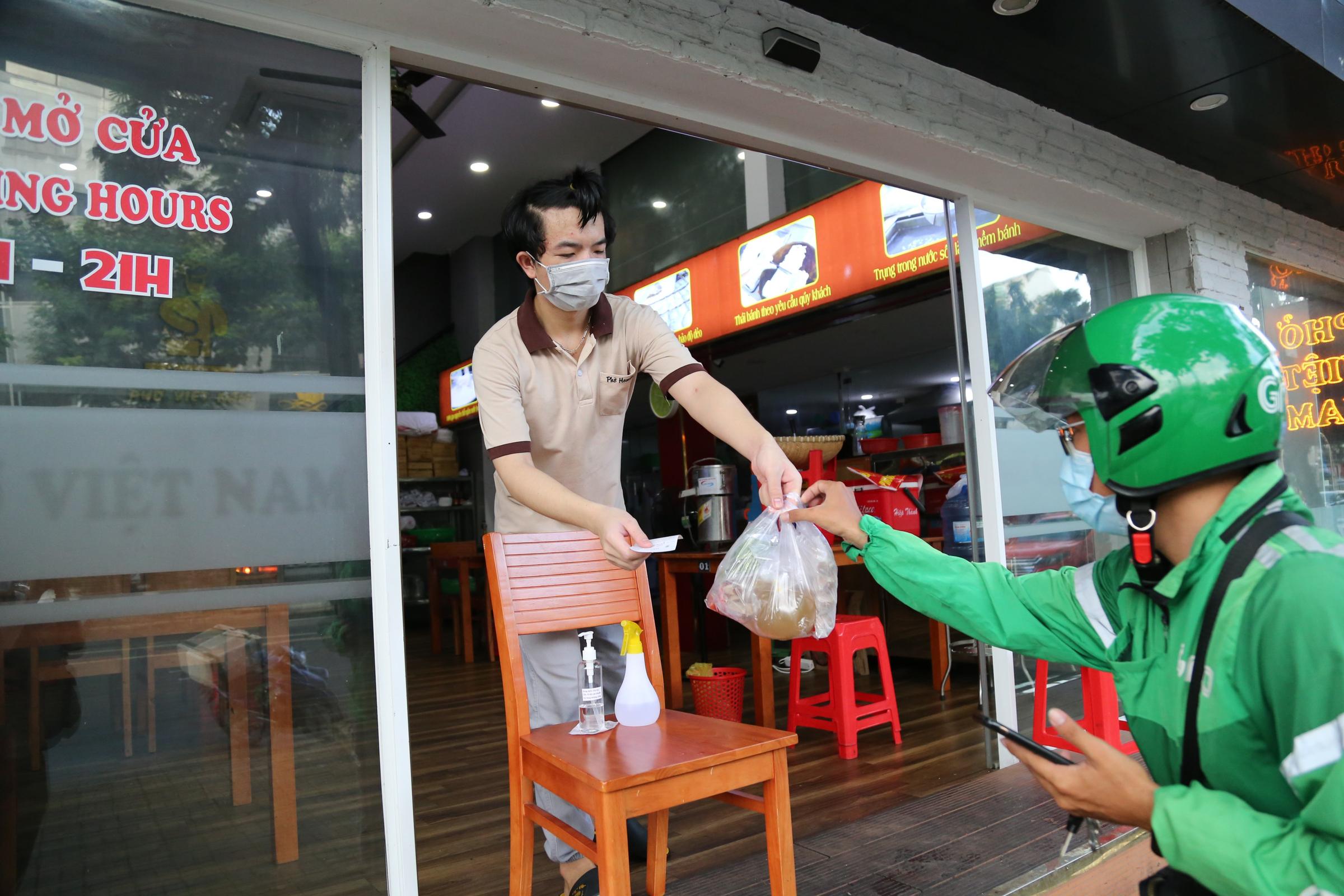 Một quán phở trên đường Bùi Bằng Đoàn, phường Tân Phong, quận 7 bán hàng cho khách mang về. Ảnh: Đình Văn
