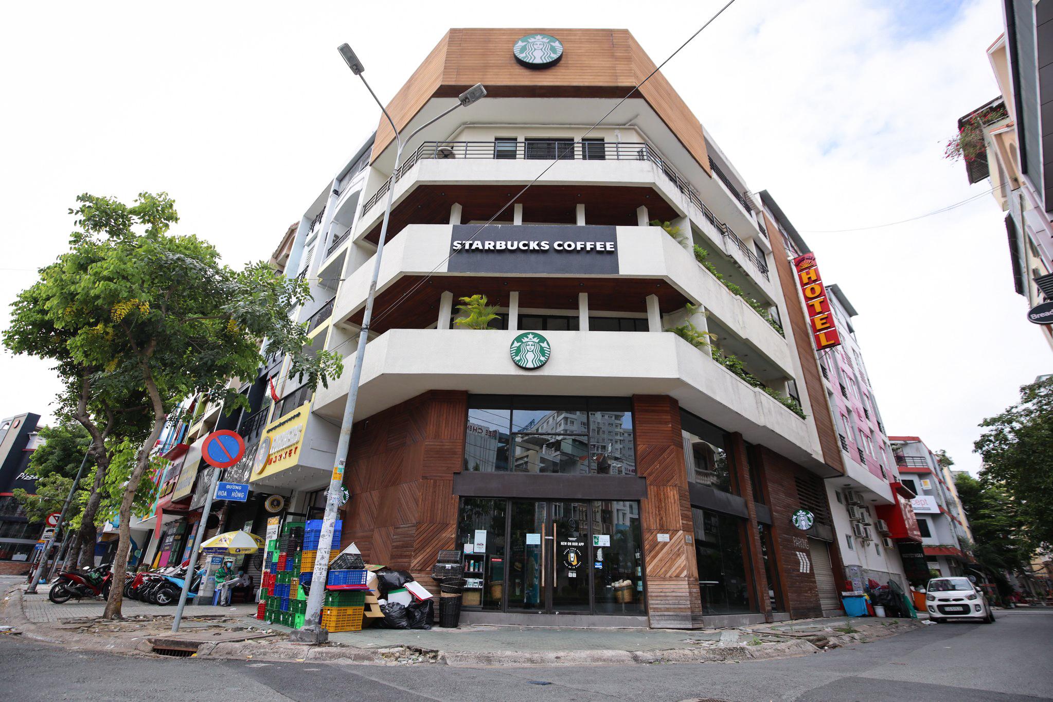 Một khu hàng quán vắng lắng tại TP HCM ngày đầu cho phép bán mang đi hôm 9/9. Ảnh: Quỳnh Trần