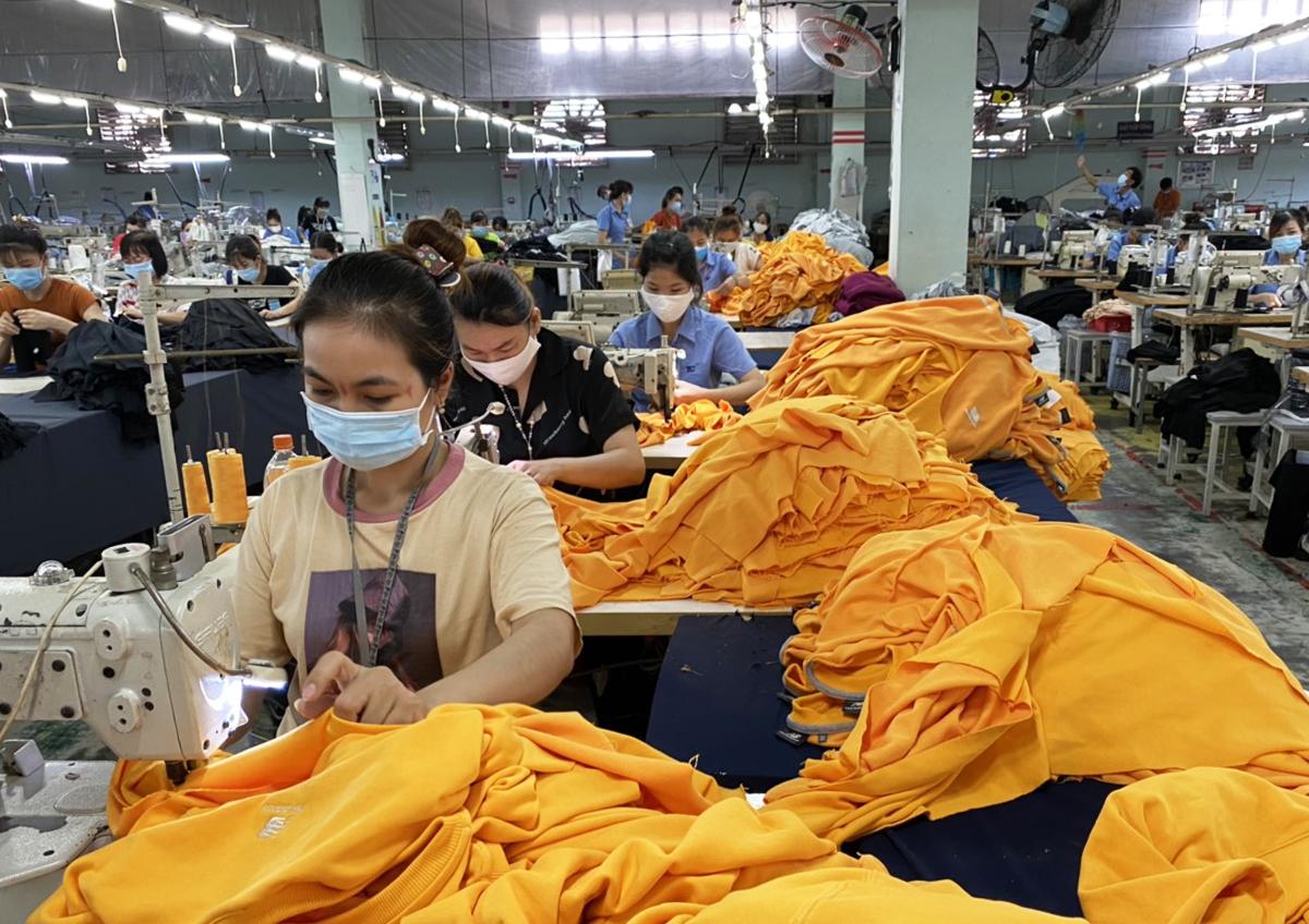 Công nhân nhà máy dệt may Thành Công sản xuất khi thực hiện phương án 3 tại chỗ. Ảnh: An Phương