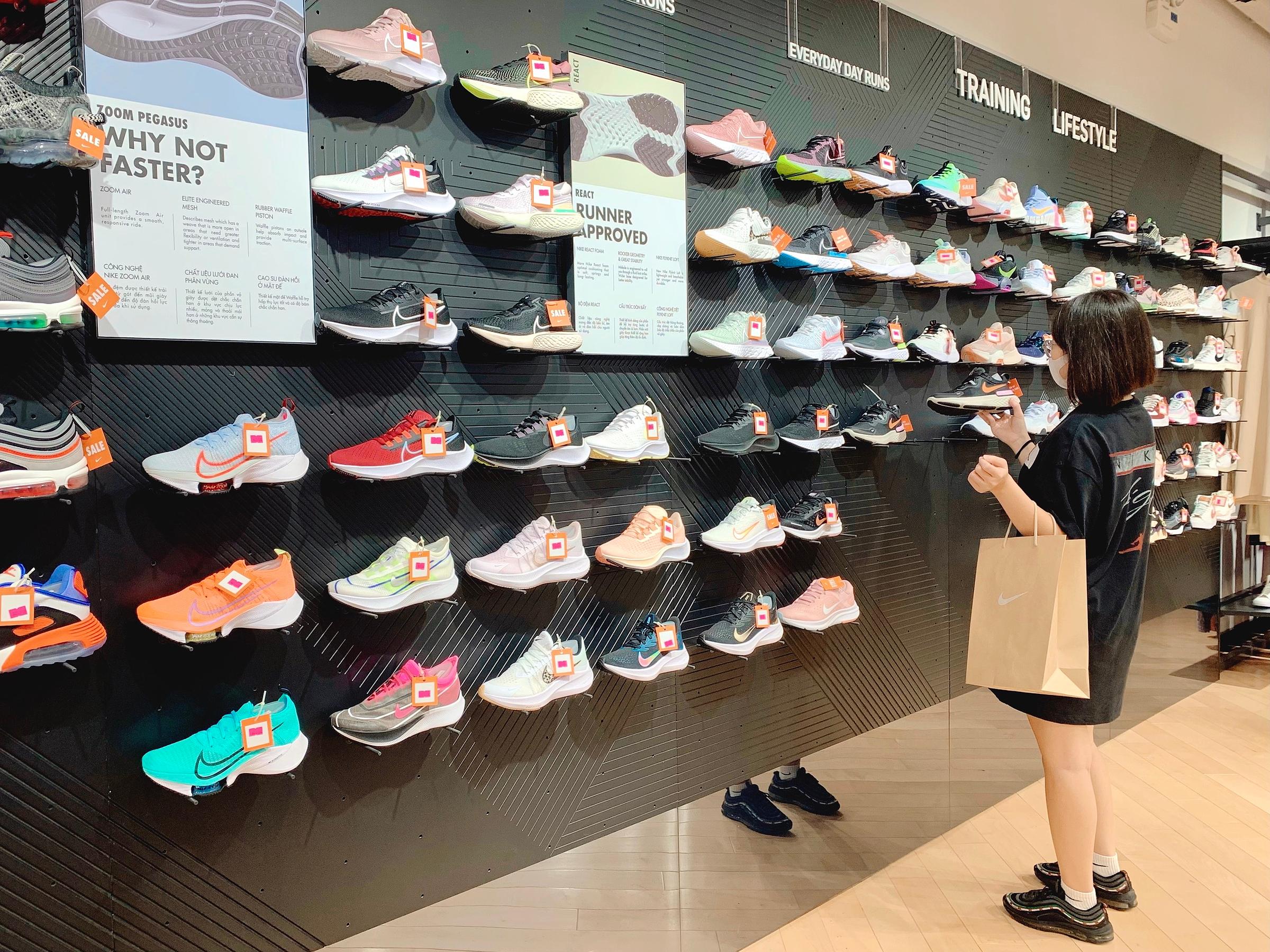 Bên cạnh mua sắm offline, khách hàng có thể đặt mua qua kênh thương mại điện tử.