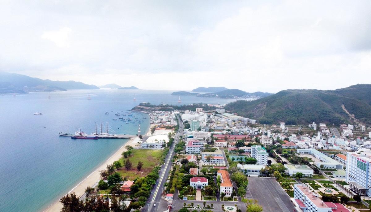 Một góc bãi biển TP Nha Trang nhìn trên cao, hướng công viên Bạch Đằng nhìn về khu đô thị An Viên, ngày 4/4/2021. Ảnh: Xuân Ngọc